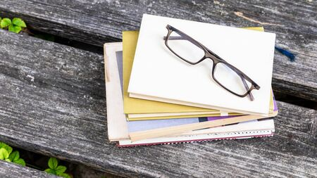 An image of some books and reading glasses background 版權商用圖片 - 129325491