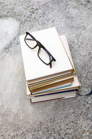 An image of some books and reading glasses background 版權商用圖片 - 129325500