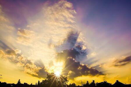 Obraz tła miejskiego nieba o zachodzie słońca