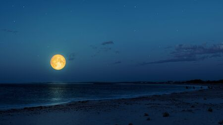 An image of a full moon over the ocean Archivio Fotografico