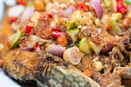 snake head fish: Fritto di pesce con insalata piccante Archivio Fotografico