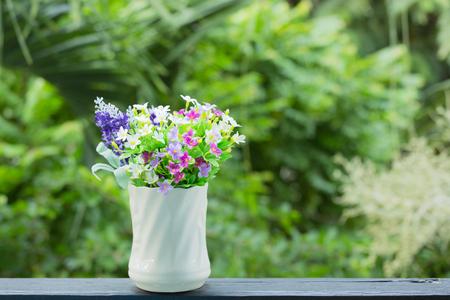 flores moradas: Flower in vase at the garden Foto de archivo