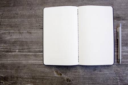 Saubere weiße und leere Notebook Standard-Bild - 47225377