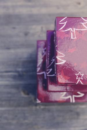 Roter Weinlese Weihnachtsgeschenkkasten Standard-Bild - 47225379