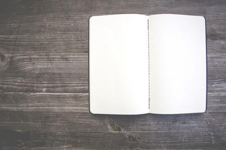 Saubere weiße und leere Notebook Standard-Bild - 47225502