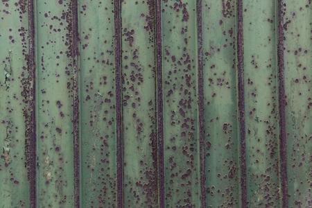 Grüne rostigen verwitterten Garagentor Standard-Bild - 47225544