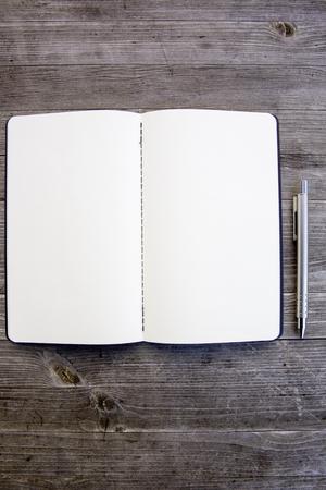 Saubere weiße und leere Notebook Standard-Bild - 47225604