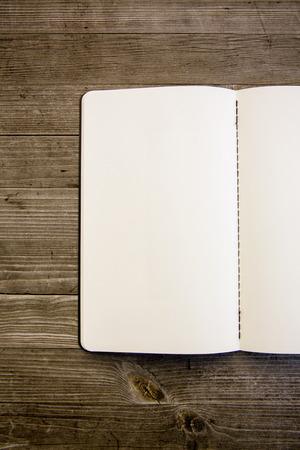 Saubere weiße und leere Notebook Standard-Bild - 47225615