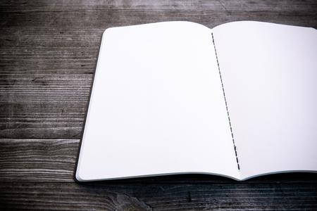 Saubere weiße und leere Notebook Standard-Bild - 47225642