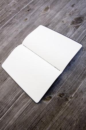 Saubere weiße und leere Notebook Standard-Bild - 47225754