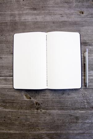 Saubere weiße und leere Notebook Standard-Bild - 47226086