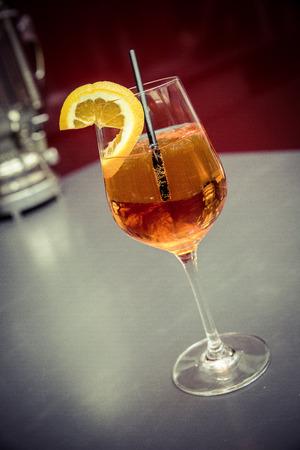 Cocktail Aperol Spritz mit Stroh und orange Scheibe Standard-Bild - 61502318