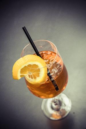 Cocktail Aperol Spritz mit Stroh und orange Scheibe Standard-Bild - 61502320