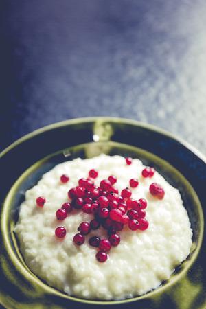 Milchreis mit Beeren Rote Johannisbeere und Himbeere
