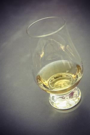 golden Whiskyglas ohne Eiswürfel