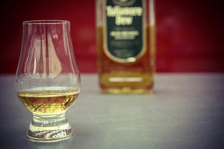 Whisky-Glas und Flasche