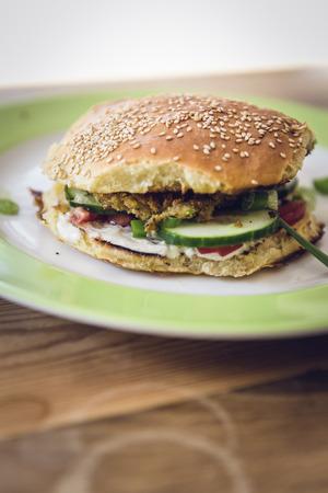 hausgemachten vegetarischen Burger mit Gurke, Falafel, garbanzo, Kichererbse, Tomaten und wilden Sellerie Lizenzfreie Bilder