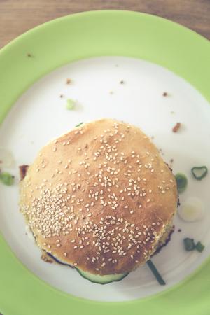 hausgemachten vegetarischen Burger mit Gurke, Falafel, garbanzo, Kichererbse, Tomaten und wilden Sellerie Standard-Bild