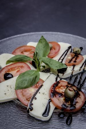 frischen Caprese-Salat