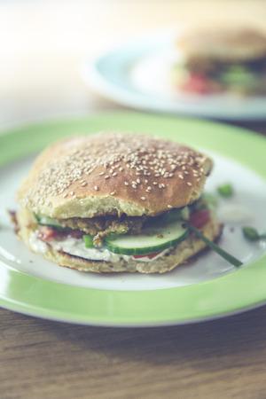 hausgemachten vegetarischen Burger mit Gurke, Falafel, garbanzo, Kichererbse, Tomaten und wilden Sellerie Lizenzfreie Bilder - 61502403