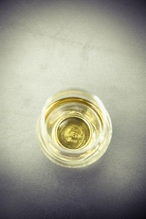 Golden Whiskyglas ohne Eiswürfel Standard-Bild - 61502405