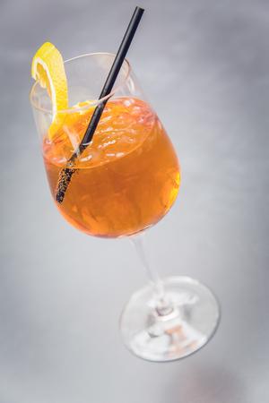 Cocktail Aperol Spritz mit Stroh und orange Scheibe