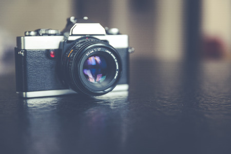 Vintage, retro analoge Spiegelreflexkamera Standard-Bild - 61502415