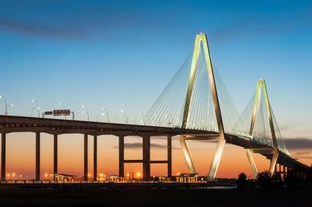 carolina del sur: Charleston South Carolina Arthur Ravenel puente sobre el r�o Cooper Dusk