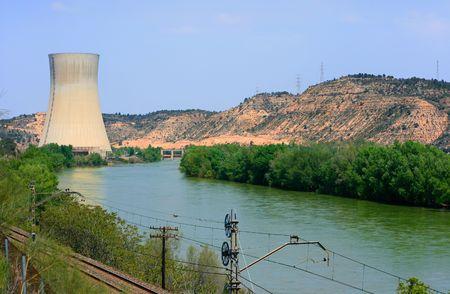 ebro: Asco Nuclear Power Plant oltre il fiume Ebro (Tarragona, Spagna)