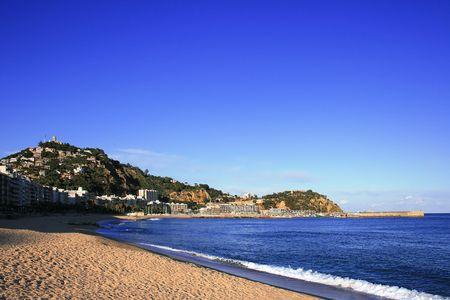 costa brava: Blanes (Costa Brava, Espagne). La plage et de Sant Joan de montagne � la tomb�e de la nuit.  Banque d'images