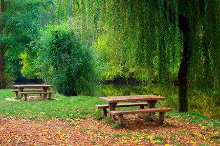 sauces: Dos mesas de picnic a la orilla del r�o