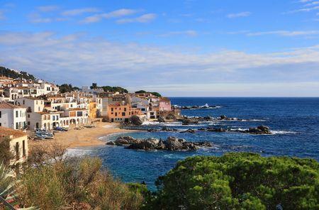 costa brava: La belle plage et le village de Calella de Palafrugell (Costa Brava, Catalogne, Espagne)
