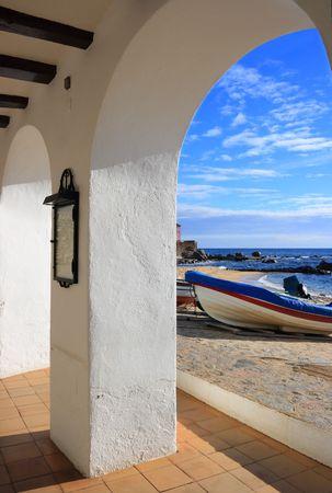 costa brava: Voir � travers un arc de la plage de Calella de Palafrugell (Costa Brava, Catalogne, Espagne)
