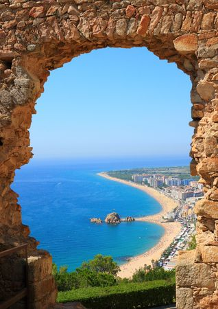 costa brava: Blanes vue sur la plage par un arc (Costa Brava, Catalogne, Espagne)