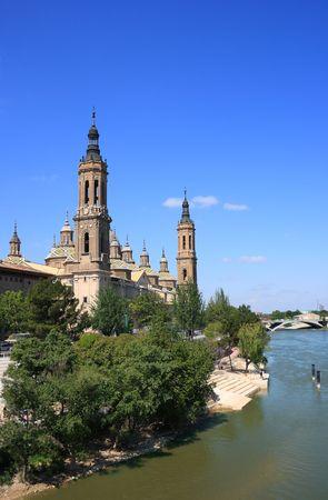 ebro: El Pilar Basilica dal fiume Ebro (Zaragoza, Spagna) Archivio Fotografico