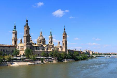 ebro: El Pilar Basilica dal fiume Ebro. (Zaragoza, Spagna) Archivio Fotografico