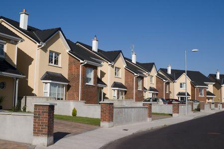 Une rangée de maisons de banlieue.