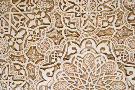 グラナダ: グラナダのアルハンブラ宮殿で壁にイスラム スクリプトのディテール。彫刻は、石膏で行われていた。
