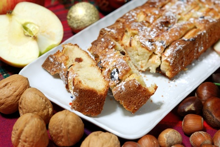 sucre glace: tarte aux pommes avec des raisins secs et de sucre � glacer