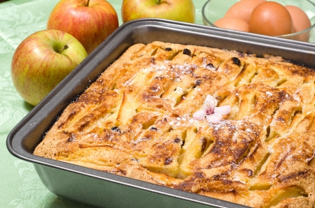 Apple pie with raisins and icing sugar