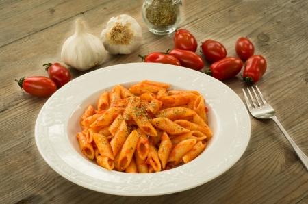 Italian pasta - Mezze penne with tomato sauce, garlic and oregano 版權商用圖片