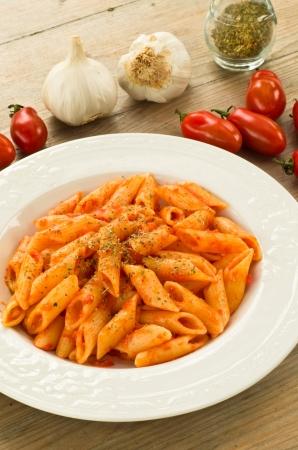 Macarrones vestido con salsa de tomate, ajo y orégano Foto de archivo - 13756337