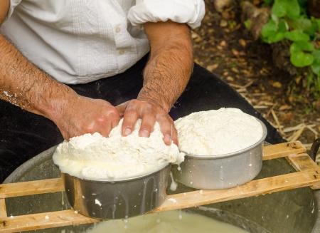 queso de cabra: Farmer hace queso Foto de archivo
