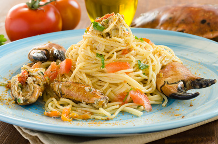 Espaguetis con cangrejo y botarga, cocina mediterránea Foto de archivo - 27296340