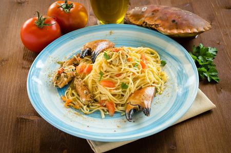 mediterrane k�che: Spaghetti mit Krabben und Bottarga, mediterrane K�che Lizenzfreie Bilder