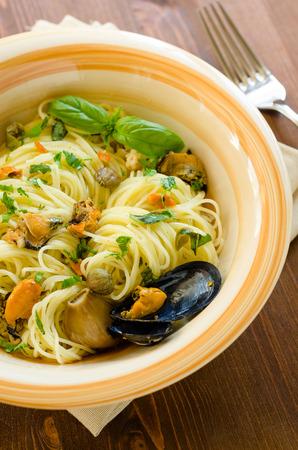 mediterrane k�che: Spaghetti mit Muscheln und Kapern, mediterrane K�che Lizenzfreie Bilder