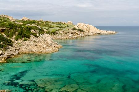 Cerdeña, playa Cala Spinosa, cerca de la ciudad de Santa Teresa di Gallura Foto de archivo - 28069281