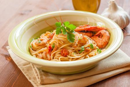 mediterrane k�che: Dish von Spaghetti mit Garnelen, mediterrane K�che