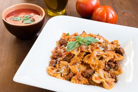 Farfalle con salsa ragú, cocina italiana Foto de archivo - 32554068