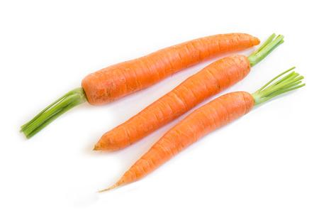 finer: Zanahorias frescas sobre fondo blanco